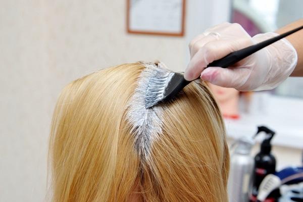 Applicazione colore base per capelli
